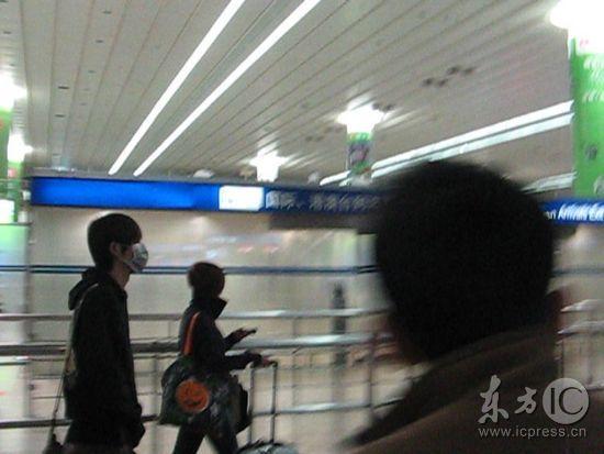 周渝民扮蝙蝠侠蒙面现身机场受冷遇无粉丝接机