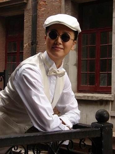 左小青巾帼不让须眉 《上海上海》女扮男装(图)