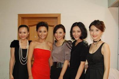 剧中主演何赛飞携剧中五个女儿于小磊,马雅舒,杨婷婷,刘笑妃,谭歆柔盛