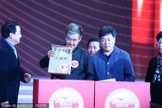 图文:央视赈灾晚会-赵本山代小沈阳捐款