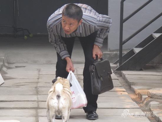 新浪娱乐讯 近日,由黄健中执导的中国首部季播电视剧《王海涛今年41》在京开拍,该剧汇集了张国强、刘蓓、高虎等一批实力派演员。剧中男一号张国强不但要承担起照顾全家的重担,还要和剧中前妻刘蓓演绎欢喜夫妻。而他也在紧张的拍摄期间自我放松,挑逗起了剧中的一位重要演员。   《王海涛今年41》讲述了王海涛这个中国式男人在40岁的年龄段,面对家庭、婚姻、亲情所承担的责任。饰演王海涛的男一号张国强,在开机之前便为该片速增15斤,成功塑造了一个发福中年男。而在该剧紧张的拍摄之余,张国强还不忘自我调节放松,时常手