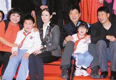 昨日,北京盲人学校的孩子们也来到现场,与李菁菁、刘威葳、濮存昕及张国强(左起)等主创合影。本报记者 郭延冰 摄