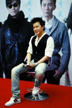 陈思成昨日独身到深圳宣传《北京爱情故事》,不过说起与李晨等兄弟的不和,他表示有点无奈