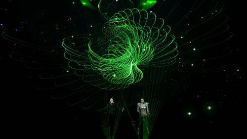 两人唱跳激光舞