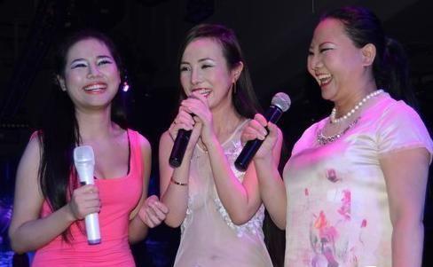 干露露母女三人在江苏教育电视台竞猜节目《棒棒棒》录制中对观众大爆粗口