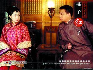 电视版《红高粱》中,九儿婚后留起小扫把刘海的盘发造型