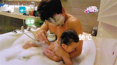 贾乃亮敷着面膜和女儿一起泡泡浴