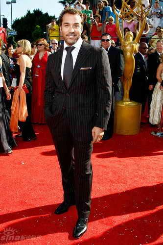 组图:60届艾美奖红毯--杰里米-皮文对镜摆POSE