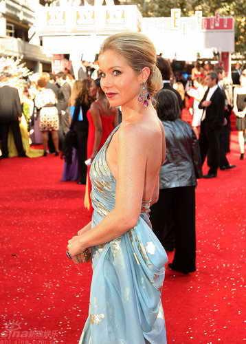 图文:60届艾美奖红毯--克里斯蒂娜华服抢镜