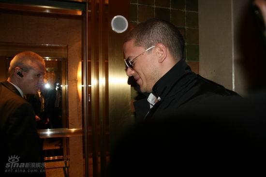图文:米勒入住浦东酒店--走进电梯