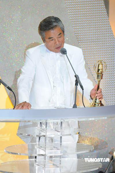 图文:金钟奖颁奖礼--雷洪发表获奖感言
