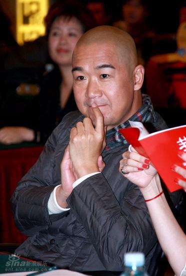 图文:《中国往事》发布会--张国立仔细倾听