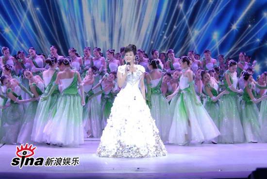 图文:09年央视春节晚会--宋祖英庞大的舞群