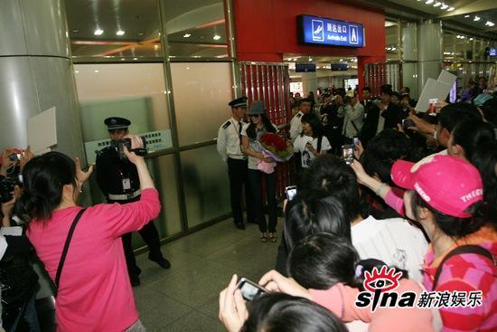 """图文:""""七公主""""抵达长沙-李太兰走出机场"""
