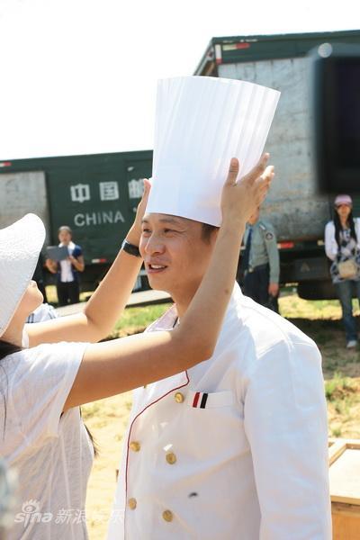 图文:《神话》探班-张世戴上大厨帽