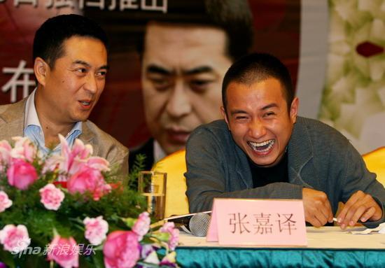 图文:《蜗居》发布会-张嘉译(左)文章开怀大笑