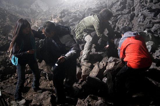 图文:《失踪的上清寺》热拍-山洞遇险
