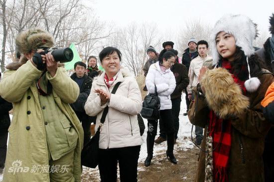 图文:《食为天》开机发布会-董勇为唐一菲拍照