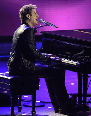 钢琴演出发型图片