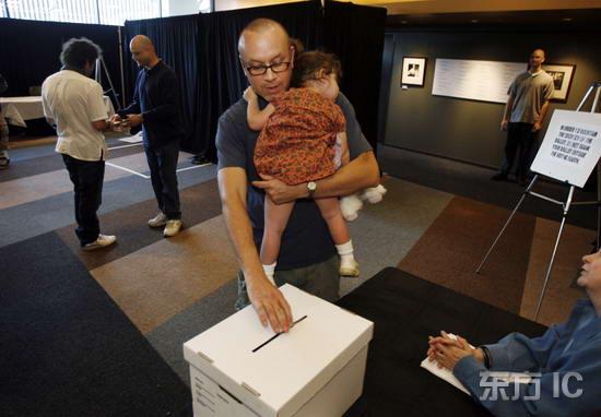 组图:美国编剧拖家带口参加投票罢工终告休战