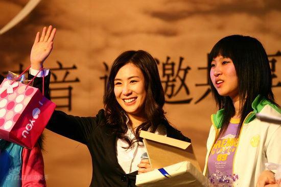 图文:张力尹《星愿》发布会--挥手感谢歌迷