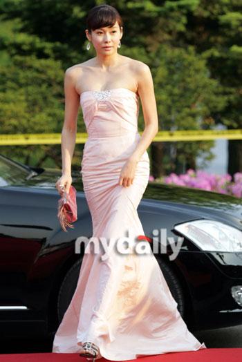 图文:百想大赏红毯--玄英鱼尾长裙