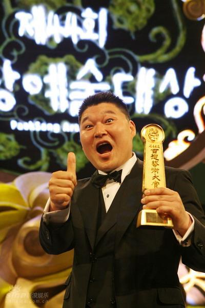 图文:百想大赏颁奖礼--姜虎东获电视类百想大奖