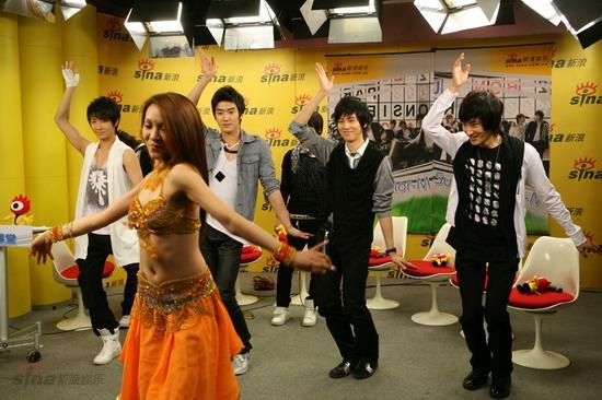 图文:SJ-M做客新浪--大跳搞笑肚皮舞