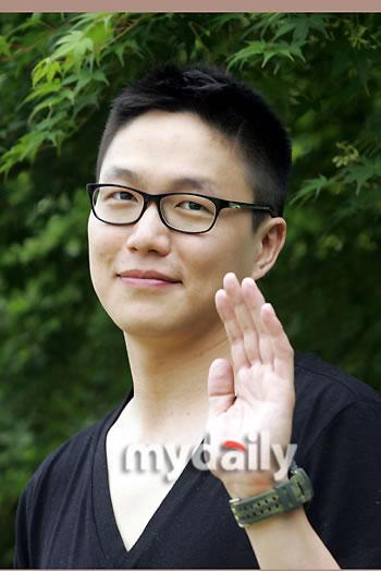 图文:韩歌手成时京入伍服役--挥手打招呼