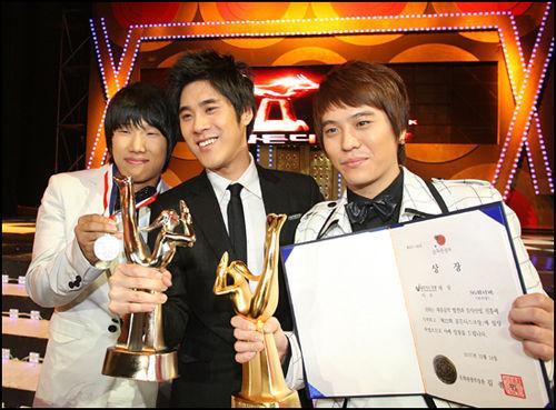 韩国颁金唱片BigBang成员SungRi负伤领奖