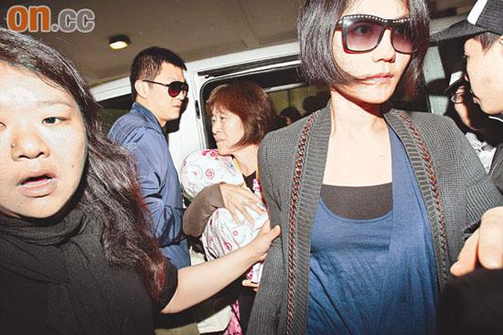 李亚鹏不满女儿被追拍机场与记者正面冲突