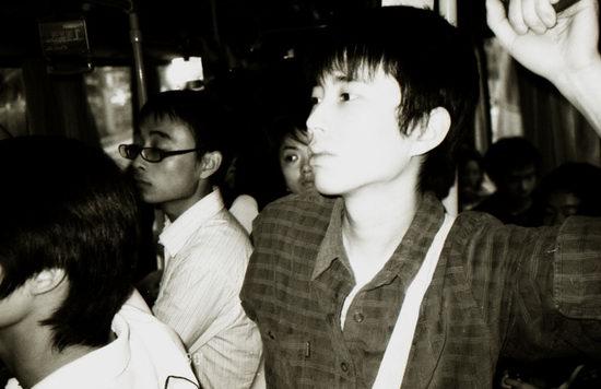 精彩图片:许巍主题摄影展--呼啸而过的青春