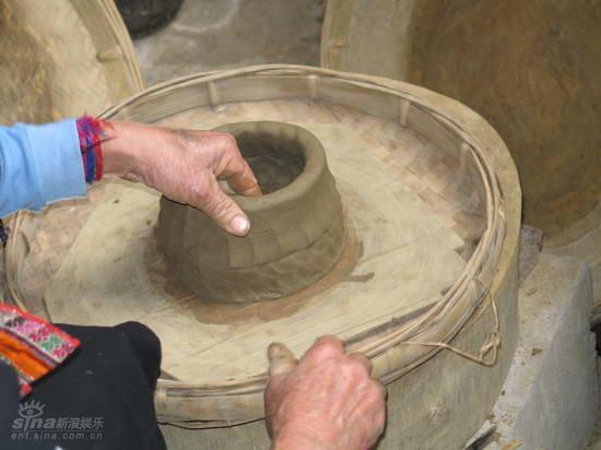 资料图片:少数民族文化--傣族妇女制作土锅过程