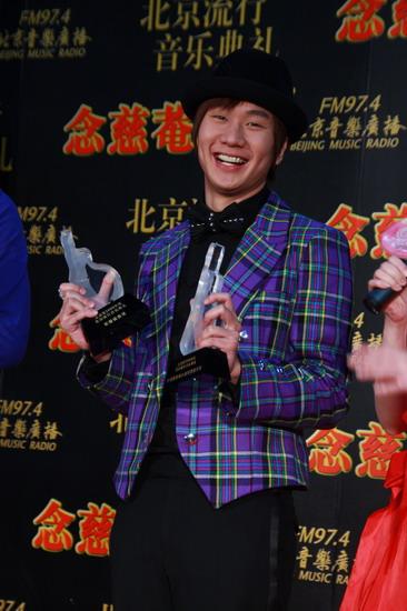 后台采访:林俊杰台上享受人生起立鼓掌更开心