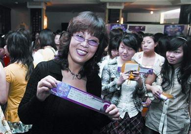 面对上千名小女生的竞争,台风动感的她顺利取得了晋级牌.
