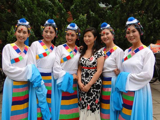 红旗歌手刘媛媛与社区群众同唱《国家》(组图)