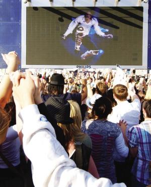 伦敦歌迷悼念杰克逊死因即将水落石出(图)