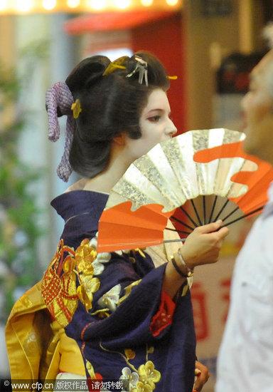 杰西卡-辛普森日本参观古老寺庙扮艺伎(图)