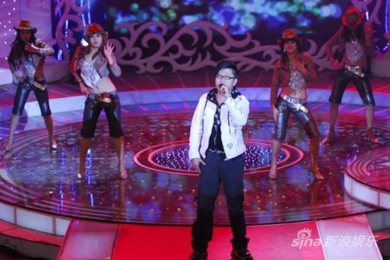 雅锋做客《歌唱部落》现场演唱赢观众掌声(图)