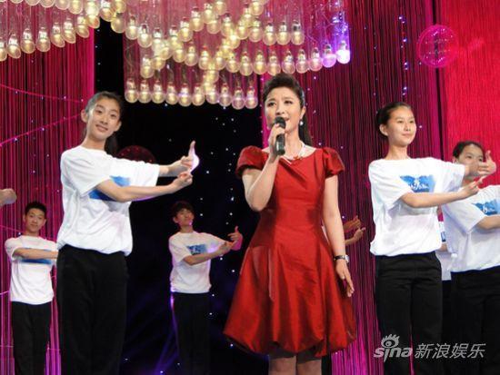 刘媛媛带领残疾人艺术团唱《国家》