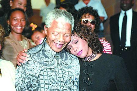 惠特尼是首位在南非解除种族隔离后演出的歌手