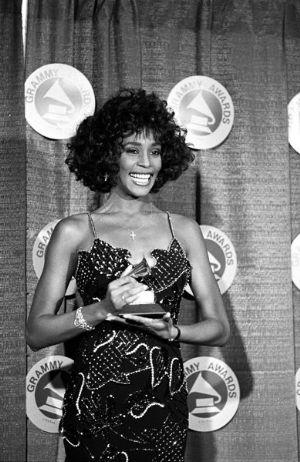 惠特尼是6届格莱美奖得主,也是吉尼斯纪录中获奖最多的女歌手
