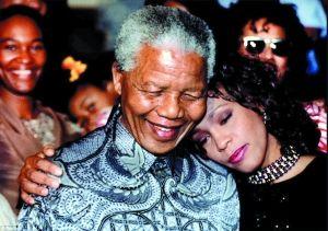 惠特尼在南非演出时与曼德拉合影
