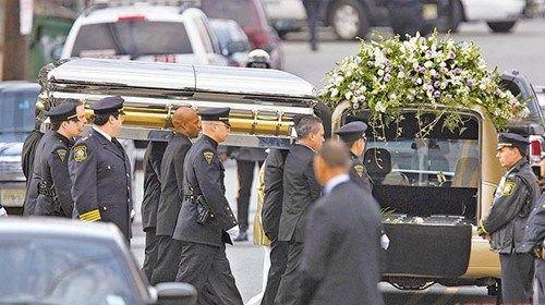 休斯顿棺木缓缓被抬出告别式会场,由10名保全戒护。