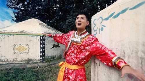 新浪娱乐讯  中秋佳节歌手红笛唱响《思念的姑娘》新浪网