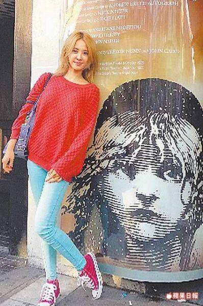 蔡依林在伦敦抽空看音乐剧《悲惨世界》。