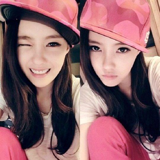 新浪娱乐讯 韩国女团T-ara成员孝敏昨日(1月28日)更新自己的Instagram,上传了穿着可爱粉色装、眨眼的近况照。   公开的照片中,戴着嘻哈风格的粉色帽子、穿着粉色裤子的孝敏大展可爱的嘻哈时尚,眨眼看向镜头,散发甜美的魅力。   孝敏不仅参与过T-ara《Roly-Poly》活动当时的舞台服装设计,还担当同属一家经纪公司的新人组合GANG KIDS的造型师。去年,T-ara的小分队T-ara N4活动时,孝敏亲自挑选舞台服装的工作照也曾引起关注。综合报道组/文 版权所有 韩星网 禁止转载