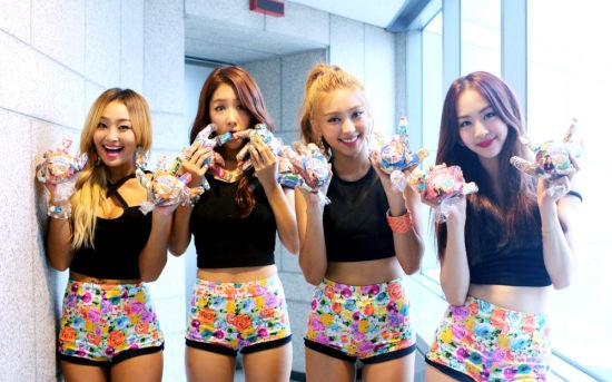 新浪娱乐讯 上周在韩国三大音乐节目获得第一名的女子组合SISTAR特别回报歌迷,备受关注。   昨日(8月3日) SISTAR为来到SBSTV音乐节目《人气歌谣》现场的歌迷送上了亲自做好的甜手,引起了关注。公开的照片中,SISTAR亲自为歌迷包装准备的礼物,露出灿烂的笑容,十分可爱。   经纪公司Starship Entertainment表示在炎炎夏日,歌迷们还特地来到音乐节目现场,所以SISTAR为表达谢意,亲自准备了这些。成员们都努力为大家准备难忘的礼物,希望能带给粉丝们愉快的回忆。