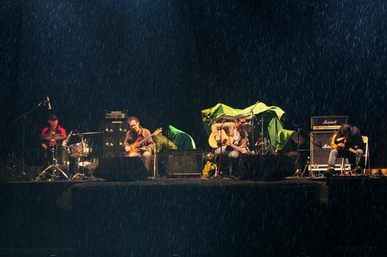 现在的低苦艾(由左至右:鼓/党铜宾;贝司/席斌;木吉他