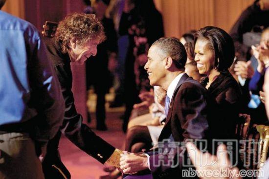 2010年2月10日,奥巴马在白宫举行纪念美国人权运动音乐会,鲍勃・迪伦献唱《时代变了》